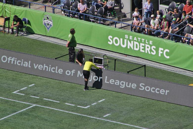 System VAR jest wykorzystywany podczas meczów piłki nożnej